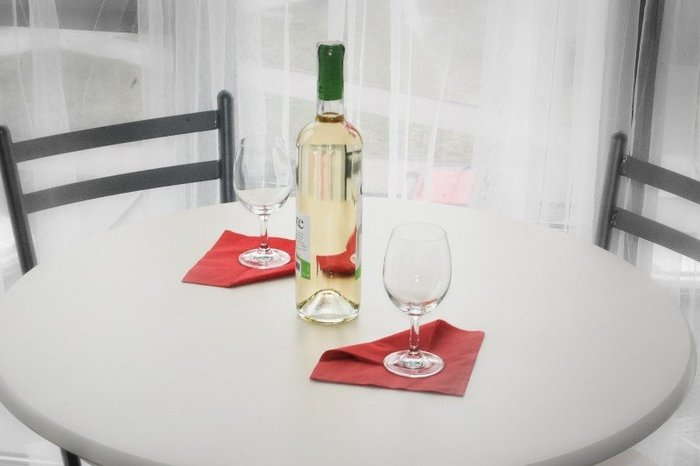 Photo on [VisualHunt](https://visualhunt.com/re4/c2cc1c08)  白ワインは赤ワインと対照的に、さっぱりとした軽い味の料理とマリアージュが楽しめます。また魚介類や鶏肉とも相性が良いのも特徴的です。旨味と塩味があるお鍋を意識して選んでみましょう。