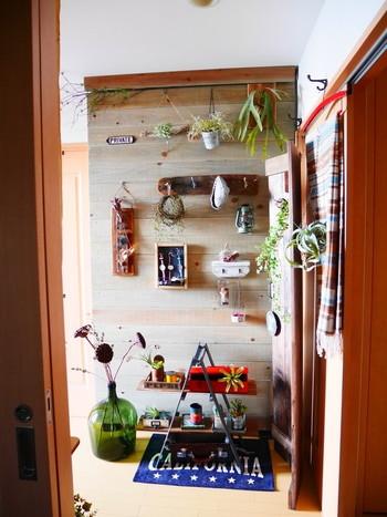 ディアウォールに板を設置して、板壁を作る方法もあります。  お部屋の壁紙が薄くて、粘着テープを貼れない場合に代用できる方法です。  間仕切りとしても取り入れやすいですね。