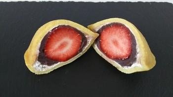「伊都きんぐ」は、福岡県糸島市で「あまおう苺」のスイーツを加工販売しています。あまおうの味を生かしつつ、既成概念にとらわれないお菓子作りを目指しているそうです。 「どらきんぐエース」は、あまおう苺をムースにして、もっちもちの皮で包み込んでいます。あまおう苺がまるごと入った「どらきんぐ生」や、抹茶味の「どらきんぐ生・抹茶」もおすすめ◎