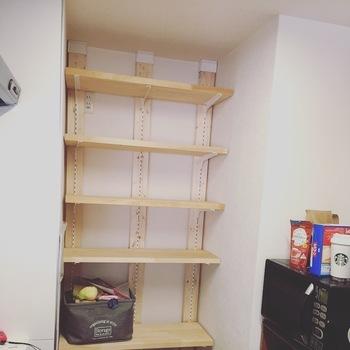 床と天井を支えに、数本の柱をしっかりと固定させてから、棚板などを設置します。  ディアウォールには、棚受けや中間ジョイントなどパーツも豊富なので、棚板の設置も簡単です。  柱に棚受けレールが付いているものも使いやすいでしょう。
