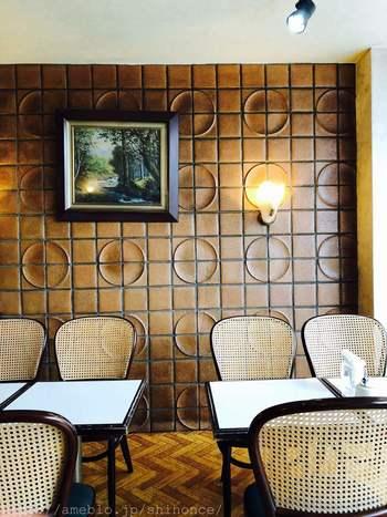 2階のカフェスペースはレトロな雰囲気が素敵ですね。外観も、昔ながらの洋菓子屋さんといった素朴な佇まいです。