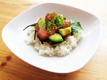ハワイのローカルフード・ポキとは、日本のづけマグロのような食べ物。マグロとアボカドをタレに混ぜ込んで作ります。さっと盛り付けるだけで、カフェ風のおしゃれな食卓に。