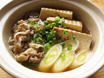 遅いお帰りでも用意しておけばそのまま食卓にさっと出せる、一人用土鍋を使った肉豆腐。牛肉でも豚肉でもOK。出汁から作る本格派レシピです。