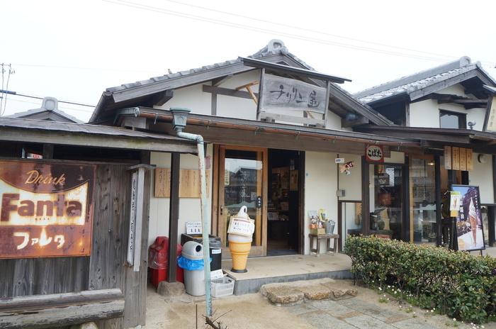 「二十四の瞳映画村」のなかで小豆島の特産品を販売しているお店です。こちらのソフトクリーム「岬の醤油ソフト」が評判です。