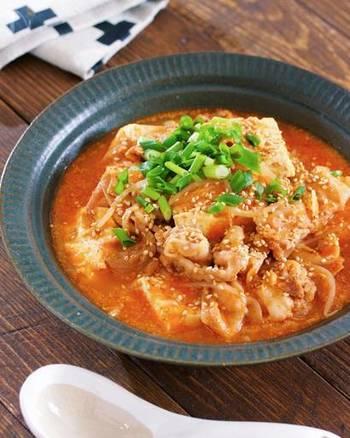 寒い季節にぴったりな、ピリ辛味の韓国風ごま味噌スープ。豚バラ肉入りなのでコクがあり、お豆腐ともやしでヘルシーに。お鍋で5分煮れば完成です。