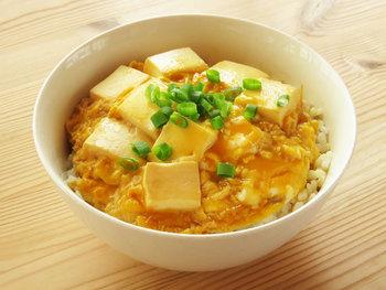 絹ごし豆腐を半熟卵でとじた、シンプルで美味しい丼。こちらのレシピはオリジナルの割り下を使っていますが、市販のめんつゆを使えばもっと簡単に♪