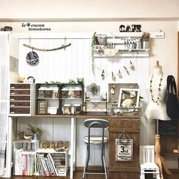 壁面を傷つけないために、壁面の代わりになる壁紙を重ねたり、板やボードを設置します。  板壁があることで釘やピンが使えるようになり、壁面ラックや収納など、欲しい機能を増やせるようになりますよ。  好みのインテリアに模様替えもしやすくなるでしょう。