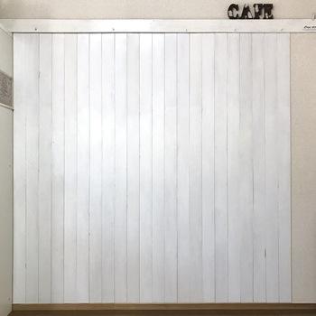 ダメージが気になる壁面や、模様替えのための板壁のDIY方法です。 板材はホームセンターなどで希望通りにカットしてもらえます。