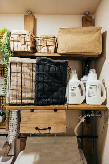 洗濯機周りに設置。 サイズも幅も自由に決められるので、洗濯機周りの小さなスペースも思い通りの収納に。