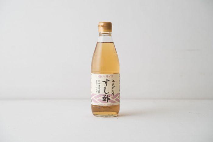 創業大正11年の老舗食酢醸造私市(キサイチ)醸造株式会社のすし酢。越後の酒造メーカーの吟醸酒粕を、自社の工場内で3年以上も熟成させた原料を、長期醸造した酢に、かつおだしやこんぶだしを加えて作られており、旨み豊かな味わいが特徴です。