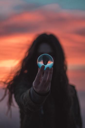 自己紹介というと、過去と現在の話で終わってしまう人が多いのですが、最後に「これからどうしたいか」といった未来のことを話してみましょう。   せっかく足を踏み入れた、新生活の場所にいるのです。 「どんな自分になりたいのか」なども目標を話すことで、「がんばります」という言葉よりも、具体性がでます。意欲として、好印象にも繋がることでしょう。