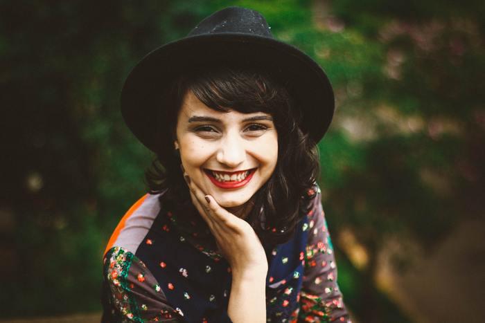 自分の第一印象、できるだけ、好意的に受け取ってもらいたいですよね。  そんな第一印象ですが、なんと出会って15秒で決まるとも言われています。そんな「15秒」のなかで意識してほしいのが、明るい表情と、はきはきとした声。まず基本として、口角を上げることを意識しましょう。  あなたが、その場の雰囲気を和らげるような笑顔で話し始めたら、まわりの方のちょっと身構える姿勢も、緩まるはず*