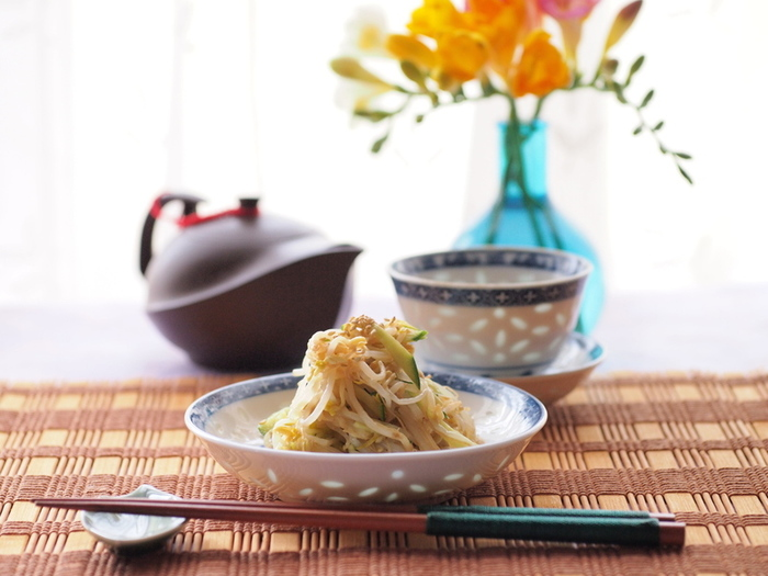もやしときゅうりをすし酢、練りからし、醤油をまぜたタレに漬けて作る「もやしの中華風和え物」。油揚げがあれば、素焼きにして合わせれば、よりお酒のおつまみとして美味しくいただけます。