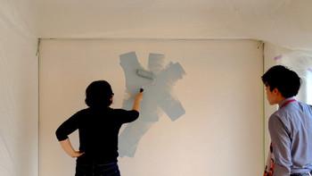 少しハードルは高いですが、ペンキ下地壁紙を使用すれば、ペイントできるようになります。  一般的な壁紙で実現しにくい色や雰囲気を作れるため、人気です。  ポイントは、他の建材に塗装が散らないよう、しっかり養生しておくことだそう。