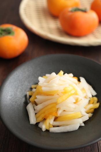 柿と大根をすし酢に漬けて作る見た目もきれいな「柿なます」。にんじんが苦手な方は柿で代用してみるのも良いかも。