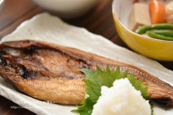 お店などで秋刀魚や焼き鯖などの焼き魚を頼むと、たいてい大根おろしがついていますよね。実はこちら、理に適った組み合わせ。  青魚に含まれる鉄分は、大根おろしに含まれるビタミンCを一緒に摂ることで、より吸収しやすい形に変わるんです。  貧血気味でお悩みの方は、ぜひ焼き魚に、大根おろしをちょい足ししてみてください。  ちなみに、大根おろしはサッパリしているので、オメガ3系たっぷりの魚の油で胃もたれしやすい人にも、ぴったりな食材。