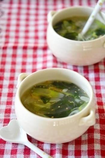 「わかめ」を水で戻して、スープにプラスしましょう。  乾燥の「あおさ」は、たいていそのままちぎってプラスするだけで、磯の風味豊かな一杯のできあがり。やみつきになる方も多いですよ。  海藻類は赤だしなどのお味噌汁、中華スープ、すまし汁と相性ぴったり。乾物は保存もきくので、好きな量を水で戻すだけという手軽さも嬉しいですね。