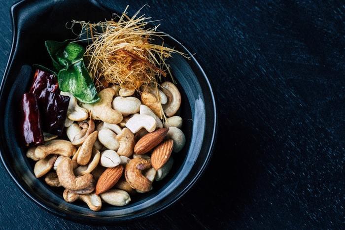 豆類と同様、「ナッツ類」もまた、缶詰でよく市販されている、常備しやすい食材のひとつ。  この「ナッツ類」はビタミン類をはじめ、不飽和脂肪酸がたくさん含まれています。そのため「天然のサプリメント」と呼ばれているんですよ。  「ナッツ類」でも、肌のコンディションでお悩みの方は「アーモンド」のちょい足しがオススメ。アーモンドにはビタミンEが含まれているので老化の原因となる活性酸素を除去する抗酸化作用があります。  「クルミ」には魚に含まれているオメガ3系のα-リノレン酸も含まれているので、お肉中心の食生活が続いた時に、ちょい足ししたいですね。