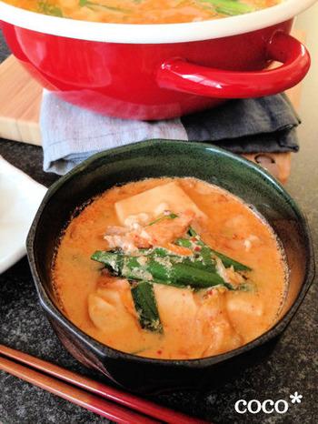 韓国でお馴染み、チゲはビールにぴったりの辛いお鍋。こちらのレシピでは味噌や豆乳をプラスして、食べやすい辛旨の味つけになっています。スープが絶品なので、ぜひ〆のラーメンまで楽しんで!
