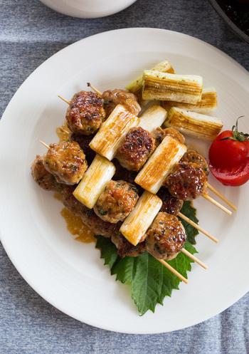 つくね串をねぎま風にすれば、味も栄養もバランスのよいおかずになります。爪ようじで刺せばお弁当にも入れやすいですし、甘辛味で大人も子どもも食べやすい味に。もちろんおつまみにしても◎!