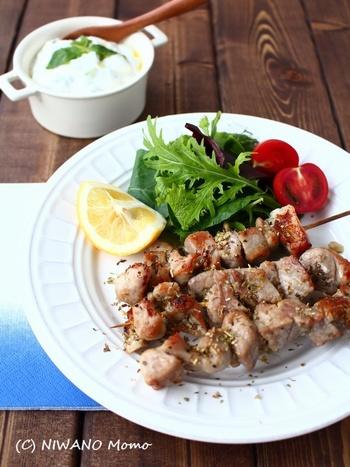 ギリシャの串焼き、豚肉のスブラキのレシピです。お肉をマリネして串焼きにするだけと、作り方はシンプル。オレガノとレモンの爽やかな組み合わせにお酒も進みそう!