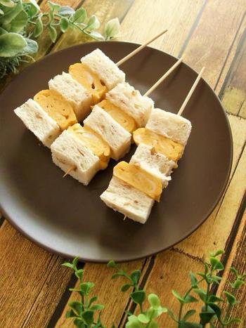 パンと厚焼き玉子を交互に挟み、串に刺した変わり種サンドイッチ。串に刺すことで、触らずに片手で食べることができます。材料もシンプルで簡単!朝ごはんにしてもいいかも?