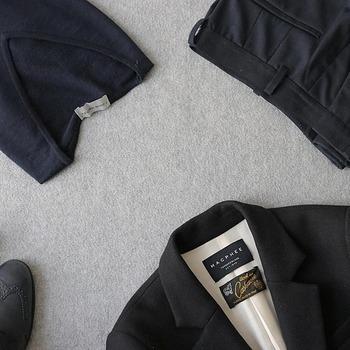 肩先に厚みがあり立体的に掛けられる「ジャケット用ハンガー」、薄くて収納しやすい「シャツハンガー」、パンツやスカート用の「ボトムスハンガー」など、ハンガーの種類は様々。アイテムに合った用途のハンガーを使うようにしましょう。