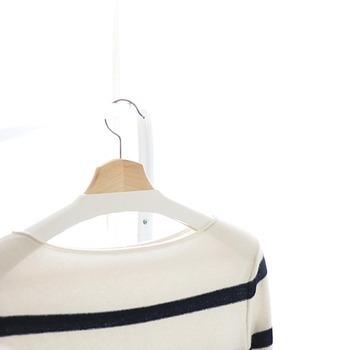 洋服をハンガーに掛けて収納すると、シワになりにくく、型くずれも防止できます。長く大切に着たい衣類は、畳むよりも断然ハンガー収納が◎