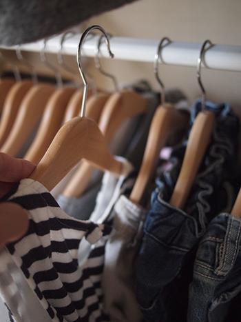 片付ける時はハンガーに洋服を掛けてクローゼットに吊るすだけ。畳む手間がかからないので、面倒くさがり屋さんやお子様にもおすすめの収納方法です。