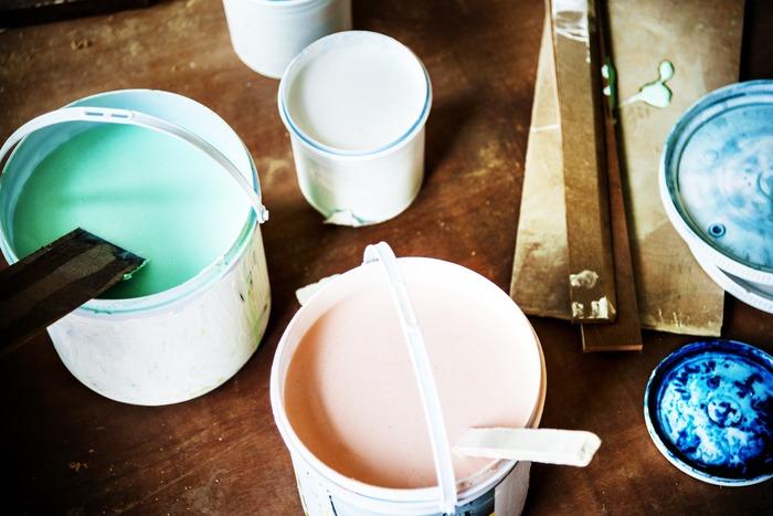 好みの色にペンキで塗るリメイク方法もあります。無地で色だけ変えたいという人は、ペイントの方が色を調節できておすすめ。インテリアにあったカラーで楽しんで。
