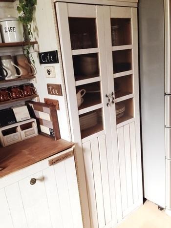 こちらの食器棚は元は上から下までガラス扉のもの。ペイントした板と角材を貼り付ければ、キャビネットのようにデザインを一新できます。