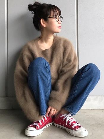 着るだけでこなれた雰囲気が出せるのがブラウンの魅力。ふわりとした素材が女性らしいブラウンのトップスに、真逆の雰囲気を持つデニム×スニーカーを合わせたら、大人っぽさと軽やかさの絶妙なバランスのコーディネートに。
