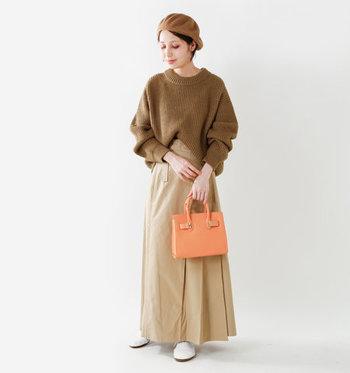 濃いめのブラウントップスに、ラテのようなベージュのスカートを合わせた、まろやかなブラウンコーデ。 バッグに明るめカラーを持ってくれば、ぼんやりしがちなブランコーデにメリハリが生まれますね。