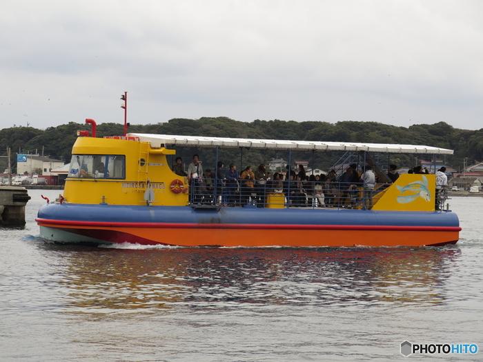 三浦半島の三崎にある「産直センターうらり」からは、水中観光船「にじいろさかな号」と城ヶ島渡船「白秋」が運航されています。水中観光船は、城ヶ島大橋の下をくぐって宮川湾の海中展望場所までを運航。