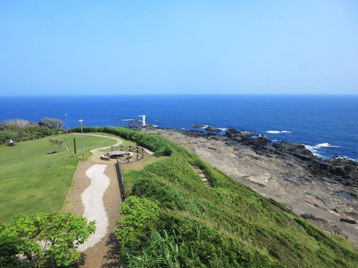 城ヶ島公園は三浦半島の最南端に位置し、晴れた日には、園内から房総半島をはじめ、相模湾、伊豆大島、伊豆半島、富士箱根連山などを望むことが出来ます。 美しい景色をバックに写真撮影を楽しむ方も…。園内には、芝生公園があり、ベンチも設置されているので、お天気の日には、芝生の上でくつろいだり、お弁当を広げるのもおすすめです。 また、公園には、生息地があるウミネコもやってきます。その他、クロサギやウミスズメもよく見られるので、野鳥観察にもぴったりのスポット!