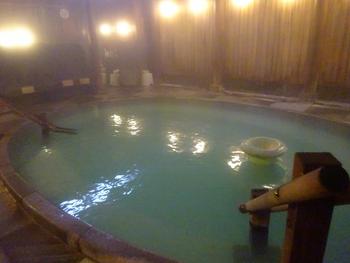 24時間源泉かけ流しの大浴場。草津温泉の中でも特に湯質がよいとされる「白旗」の湯が源泉です。