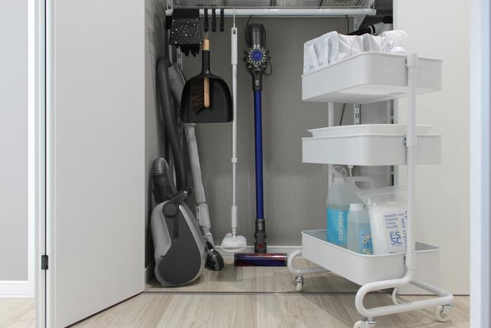 洗剤・スプレー・ワイパー用シートを収納しておくと、お掃除の時にそのまま移動できるので便利ですよね。リビングはもちろんのこと、キッチンや洗面所など様々な場所で活躍してくれます。「掃除グッズのおしゃれな収納スペースが欲しい!」という方は、以下のリンク先で紹介されている素敵な収納術をぜひ参考にしてみてくださいね。