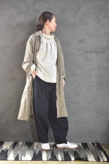 大人コーデに持ってこいの、くすんだグレーカラーのロングジャケット。自然なシワ感のある素材感と、ざっくりと袖をまくったこなれた雰囲気がかっこいですね。