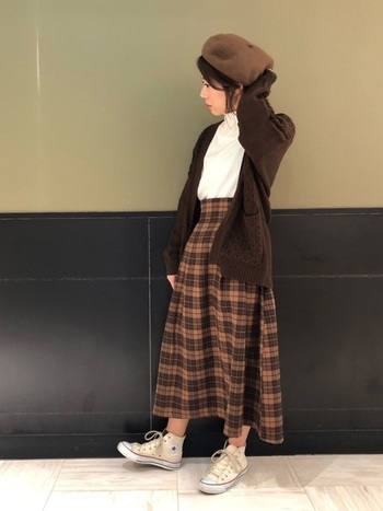 ブラウンのチェック柄スカートが主役のコーディネート。無地のトップスを合わせて、チェックのレトロ可愛さを引き立ててあげましょう。 印象的な柄物アイテムでも、帽子や羽織りものを同系色にすることでごちゃごちゃした印象になりません。