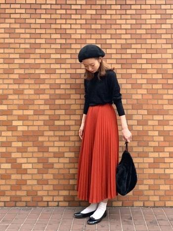 赤に近い鮮やかなオレンジのプリーツスカート。オレンジはカジュアルな組み合わせの方がしっくりくる色味ですが、取り入れるだけでシックに引き締まる黒を合わせれば、大人のための美シルエットコーデが完成します。今日は美術館にお出かけ♪なんてときは、こんなコーデがぴったりです♡
