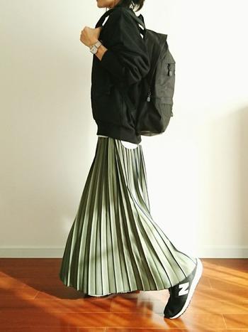 アクティブ派にはペールトーンのカーキプリーツスカートがおすすめ!可愛らしくなりすぎず、カジュアル過ぎず、程よい塩梅のコーデがすぐ叶います。こんな風にリュックとスニーカーを合わせても、どこか女性らしい雰囲気ですよね。