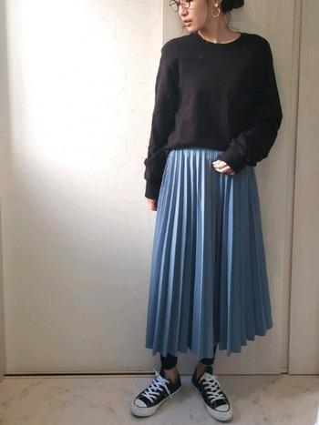 綺麗めな水色スカートには、あえてビックサイズのスウェットを合わせて普段モードのコーデに。おしゃれ感がしっかり出ているのは、サイズ違いのメリハリ感とアクセサリーやメガネなどの小物使いが効いているからですね♪