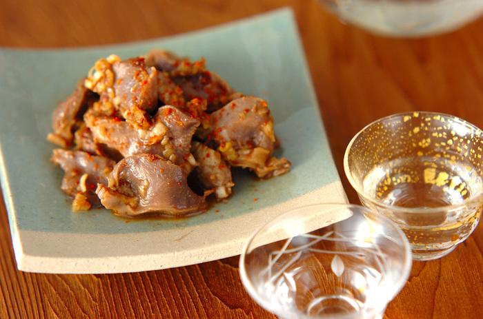 すし酢、醤油、みじん切りの白ネギで作ったタレで砂肝を炒めて作る「薄切り砂肝のネギ酢和え」。仕上げに一味唐辛子をかければ立派なおもてなしおつまみに。お酒がすすみそうな簡単で美味しい節約レシピです。