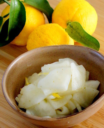 さわやかで後をひく柚子大根l。こちらのレシピはすし酢と柚子胡椒で作る簡単で美味しいレシピ。作ってから2日目くらいが美味しい頃合いなので、お客様が来る日に合わせて準備しておくと良いかも。
