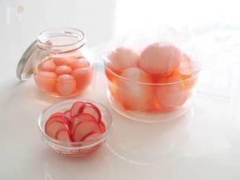 ラディッシュをすし酢に漬け、かわいいピンク色に染めた残りのタレに茹で卵や、同じく茹でたうずらの卵を漬けて作るピンク色が可愛い甘酢漬け。