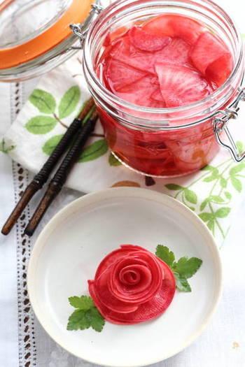 赤かぶをすし酢に漬けて作るお漬け物。塩もみした赤かぶの水分を出してから漬けるのがポイントです。焼き魚や揚げ物などの副菜に合うだけでなく、盛りつけを工夫すればおもてなしの前菜にも使えそう。