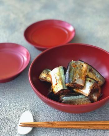 内臓を取り、三等分に切った秋刀魚を、すし酢、酒、おろしたにんにく、おろしたしょうがでじっくり煮込んで作る「秋刀魚の甘酸っぱ煮」。にんにくとしょうがは市販のチューブを使って作れるのも◎。