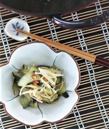 たっぷりのきゅうりと新生姜をすし酢で炒めて作る「胡瓜と新生姜のピリ辛寿司酢炒め」。鷹の爪も入り、大人の味わいに仕上がります。鷹の爪の量を加減すれば、おうちの好みの辛さに仕上げることができて◎。