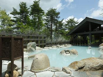 「わたの湯」と「湯川の湯」、と草津の2つの源泉が注がれている「季の庭」。露天風呂をはじめ、岩盤浴やサウナなども含めると、23種類の湯めぐりが楽しめます。