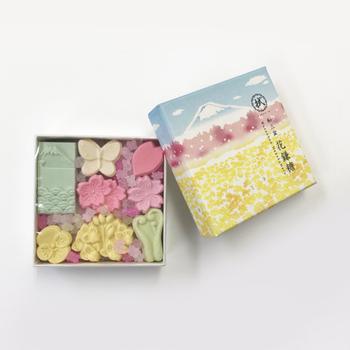 和菓子が好きな人には、まろやかな甘味の「和三盆」のお菓子。 一つひとつ手にとって、どれにしようかな…と形や色を選ぶのも楽しみのひとつ♪ 「nugoo」で販売されている和三盆は、ご紹介している「春満開」の他にも、「ミモザ」「富士と桜」「夜のしだれ桜」などがあります。